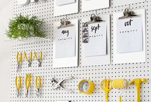 Painel Pegboard / Mas, afinal, o que é pegboard? É o nome gringo para placa de eucatex perfurado e é uma mão na roda quando se fala em organizar um cômodo da casa. Isso porque a placa possui furinhos onde é possível pendurar qualquer tipo de suporte para organizar ferramentas, utensílios de cozinha ou o que mais for necessário. Veja aqui diversas ideias e inspirações de como usar o pegboard na decoração e organização da casa!