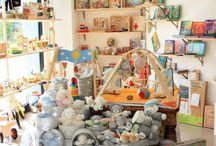 Il Chiosco delle fate / Il Chiosco delle Fate è un negozio di giocattoli in legno e tessuto adatti allo sviluppo dei sensi del bambino. E' un piccolo mondo in cui dar valore al gioco come il più serio impegno del bambino. E' attivo all'interno del negozio uno spazio gioco assistito con personale specializzato, con pluriennale esperienza, che ospita nelle ore pomeridiane, bimbi tra i 3 e gli 8 anni, fornisce un servizio per le famiglie in difficoltà a far combaciare gli orari delle scuole con gli impegni lavorativi.