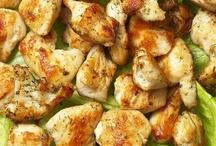 Блюда с арахисовым маслом / Арахисовое масло ценно тем, что у него сравнительно высокая температура дымления, то есть его можно разогревать сильнее и дольше, чем, скажем, оливковое. Поэтому оно подходит для фритюра. Иногда его продают в смеси с каким-нибудь другим растительным — но лучше покупать чистое, например, Lesiuer.