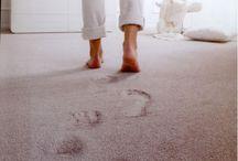 pavimento in moquette / Le tipologie di moquette in commercio sono molteplici, in svariate gamme di colori e disegni, e differenti fibre e spessori del pelo. La superficie della moquette, a seconda dei casi, può essere lavorata o liscia e si presta facilmente a personalizzazioni in caso di esigenze particolari di immagine.