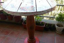 Mesa redonda / Mesa realizada con una tapa de bobina de cable, pata torneada y base de disco de freno