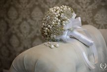 Pérolas em casamentos / O uso de pérolas em diversos itens do casamento como; buquês, detalhes do vestido de noiva, detalhes da decoração, convite, etc.