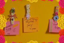 KnutselTV - schoolspullen voor je kamer knutselen / KnutselTV gaat aan de slag met knutsels voor je kamer. Anouk maakt handige ophangers en Mascha maakt een opberger van ijslepeltjes, lekker zomers dus!