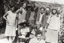Bloomsbury Group / Times Literary Supplementnek 1910-es években a értelmiségiek Bloomsbury londoni negyednek a neve, laktak és dolgoztak) 1930-as évek közepéig radikális értelmiségi elit  A kör 1905 körül alakult meg, a négy testvér: Virginia Woolf, Vanessa Bell (festő), Thoby és Adrian Stephen, valamint Virginia férje, Leonard Woolf és Vanessa férje, Clive Bell (művészetkritikus) jóvoltából, a cambridge-i diákklubok hagyományait folytatva. korukkal szemben