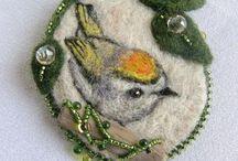 brože a šperky z plsti