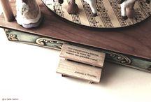 Carillon personalizzati - hand made  personalized music box madre in italy / L'importanza dei carillon personalizzati sta proprio in quel piccolo dettaglio che tu puoi decidere di aggiungere, per rendere unico ed indimenticabile il tuo regalo! La Gatta ti da la possibilità di creare il tuo carillon personalizzato, dove poter aggiungere una dedica, un messaggio o addirittura un'immagine a te cara, come nel caso dei carillon portagioie. E' possibile anche scegliere la melodia che ti piace di più, tra una vasta lista presente nel nostro catalogo.