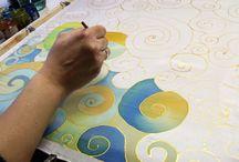 Selyemfestés tanfolyam / Selyemfestés tanfolyamok a Silkyway selyemfestő műhelyben, Óbudán. Kezdő, haladó, és 2 napos intenzív tanfolyam profi eszközökkel. Gyere, és próbáld ki a selyemfestést!