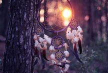 Dreamcatchers / Mooie dromenvangers! De hemel is doorweekt met dromen, goede dromen, maar ook slechte. 's Nacht worden de slechte dromen gevangen in het web en ze glijden er in de morgen af en drogen op in de ochtendzon.
