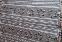 babydekentje / Patroon van deze mooie deken heb ik van Elly van Veen (waarvoor dankK).  Als aantekening over de hoeveelheid garen: Cabotine van Phildar (looplengte is minder dan Softfun)  ik  heb 4 bolletjes wit en 16 bolletjes grijs gebruikt. Afmeting gehaakt met nld 4 = 1.12 m bij 1.36 m