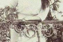 Великая княжна Российской Империи Мария Николаевна Романова / Мария Николаевна Романовм (27 июня 1899 - 17 июля 1918 (по официальным данным)) - великая княжна, третья дочь и третий ребенок последнего императора дома Романовых Николая II и его жены, императрицы Александры Федоровны.