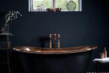 Salle de bain bleue foncée