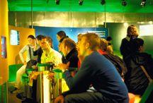 Heineken Experience / DST ontwikkelde en realiseerde de Heineken Experience 1.0 in 2000. Het wérd de Heineken Experience. Een multimediale tour door het Heineken-merk. Een driedimensionale commercial vóór Heineken, zonder dat het ooit reclamisch werd. De bezoekersaantallen stegen na 2000 zó snel, dat na zes jaar een redesign nodig was om de logistiek te stroomlijnen. Inmiddels is deze Experience één van de topattracties in Amsterdam.