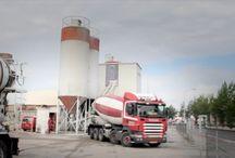 Beton / Rouwmaat is een full-service leverancier van beton. Vanuit onze centrales in Groenlo, Ulft en de Rokramix-centrales in Twente, leveren we beton in de sterkteklassen C12/15 tot en met C53/65. Ons assortiment loopt uiteen van stampbeton en vezelversterkt beton tot onderwaterbeton.