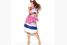 Retro Romance / Hippie'lerin romantizmini geometri ile birleştiren tema, çizgili straplez uzun elbise, asimetrik bluz, gömlek elbise, bloklu uzun etek, çiçek desenli bluzlarla kombineli şık şort ve pantolonlardan oluşuyor. Retro Romance bir yandan modern hippie stilini yansıtırken, aynı zamanda salaş ve şık bir görüntü yakalama şansı sunuyor…