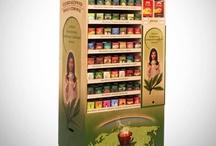 Merchandising / To ciekawy sposób prezentacji towarów, produktów, marki w punktach sprzedaży, dzięki wykorzystaniu wysp sprzedażowych, standów, ekspozytorów, degustatorów. Jest to także sposób na wpływanie na odbiorców, utożsamienie ich z marką, wzbudzenie w nich konkretnych emocji i potrzeb.