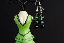 Cercei handmade / Cercei realizați manual din perlute si accesorii metalice argintate disponibili pe www.papinozaur.ro