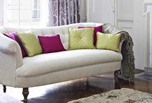 Colección Greenwich / Greenwich ofrece tres tejidos de chenilla intemporales perfectos para tapicería. Los diseños incluyen un elegante motivo floral, un fino damasco ornamental y una suntuosa tela texturizada. Su brillante entretejido y calidez se ven reflejadas en todas las variedades de color disponibles.