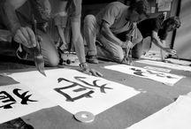Kaligrafie / Calligraphy / Snímky z japonské kaligrafie - čínské znaky, maloformátová i velkoformátová tvorba, nástroje, kaligrafové, dynamika i statika tvorby
