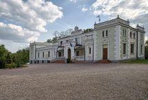 """Lisewo - Pałac / Pałac w Lisewie w obecnym kształcie pochodzi z połowy XIX wieku. Ostatnimi znanymi właścicielami majątku byli: Celina Przyłubska do 1912 r., a następnie Maria Leszczyńska-Mittelstaedt. Po II wojnie światowej pałac przeszedł na własność Skarbu Państwa. W pałacu najpierw były mieszkania, później szkoła i znowu mieszkania. W 2002 r. pałac kupiła firma P.H.P. """"TEX-BIS"""", która przywróciła mu dawną świetność. W pałacu urządzono restaurację, pokoje gościnne i salę konferencyjną."""