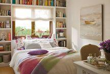 quarto com janela em cima da cama