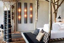 Woontrend 2014: Afrikaanse woonstijl / Niet alleen de aardetinten, maar ook het gebruik van robuust houten meubels en bijzondere stoffen met Afrikaanse printen kenmerken deze stijl die in de mode trend nu ook veel zichtbaar is. Afrikaanse beelden van dieren en andere kunstwerken maken de styling compleet.