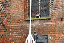 Biały krzyż przed katedrą w  orzowie