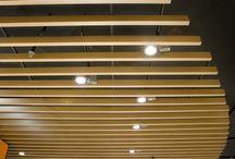 Baffle Ahşap Asma Tavan / Baffle Ahşap Asma Tavan Sarkıt Asma Tavan Tipi olarak Lineer paneller tavanı örtü gibi örtmesine karşılık olarak takılıp sökülmesi ve tavan arasına müdahale gerektiğinde kolaylık sağlamaktadır.