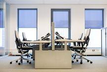 Bureaus / De kantooromgeving is in korte tijd snel veranderd. ROHDE & GRAHL speelt daarop in met een grote verscheidenheid van bureaus, werktafels, teamwerkplekken en benchwerkplekken. Alle tafels kunnen in verschillende uitvoeringen worden geleverd.
