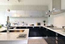 """Cuisines Design / Au travers de la cuisine """"design"""", vous trouverez l'ensemble des tendances d'aujourd'hui. Un style épuré, structuré en ligne avec la mode. L'inox côtoie la laque, le solid-surface défie le quartz en plan de travail pour une cuisine unique qui vous ressemble"""