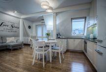 Mieszkanie na poddaszu / Urządzenie mieszkania na poddaszu to nie lada wyzwanie. Niecałe 45 m2 gdzie słońce zagląda tylko popołudniami. Pastelowe kolory, dużo punktowego światła rozświetlają i powiększają przestrzeń w której mamy aż 4 strefy : kuchnia, jadalnia, miejsce do czytania i wspólnego oglądania TV.
