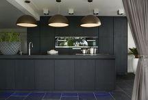 Keukens || Zwart / De zwarte keuken; het is niet gebruikelijk, maar het is een trend die steeds vaker naar voren komt. Met een zwarte keuken kies je voor opvallen, zonder aandacht te vragen. Tevens past het in elke stijl keuken: van klassiek, romantisch en landelijk tot modern en alles wat ertussen zit. Doe hier inspiratie op voor jouw zwarte keuken!