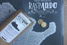Mapa raspadita de Argentina / Mapa tipográfico de Argentina con raspadita. De Diseñocrudo. Destacá los lugares que ya conocés, las experiencias que viviste, las comidas, los bailes, las especies, y más de cada provincia argentina.