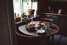 Vinter morgon / Mitt collage har temat vinter morgon, där jag beskriver med foton en rutin för en kall vinter morgon hemma i värmen, från att vakna upp på morgonen till att sitta med en öppen bok framför öppna spisen detta förmedlar en värme av fridfullhet och lugn genom det varma ljus för att skapa känsla av något som gör mig glad i livet.