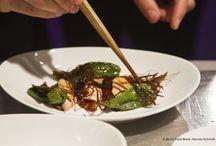 """Food Clash Canteen / Nationale und regionale Stars der Gastroszene kochten auf der Berlin Food Week 2014 an drei Abenden einen Gang pro Menü. Diese standen unter den Mottos: """"The world feeds us"""", """"Aus deutschen Landen"""" und """"Vom Himmel auf den Teller"""". Einige Impressionen gibt es hier:"""