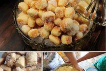Biscoito com calda e coco