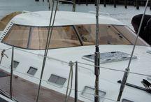 Kunststof bootramen / Speciaal voor kunststof bootramen of windschermen heeft PyraSied een collectie kleuren samengesteld in acrylaat en polycarbonaat. Acrylaat is optisch heel zuiver, minder krasgevoelig dan polycarbonaat, makkelijk te bewerken en in verschillende diktes leverbaar. Polycarbonaat daarentegen is veel slagvaster dan acrylaat. U kunt kiezen uit verschillende kleuren voor uw kunststof bootraam, bootluik, zijraam of kajuitbeglazing.