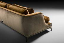 Canapé BRANDO / Canapé avec structure en bois de peuplier Coussins d'assise en duvet d'oie, avec insert central en mousse de polyuréthane haute résilience dans des densités différentes et mousse à mémoire de forme.  coussins en plumes d'oies 100% européenne. Modèle tissu entièrement déhoussable, seuls les coussins pour la version cuir.  Base en métal, bronze foncé finition mat ou recouvert de cuir.