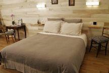 """Chambre d'hotes """"Le Pigeonnier"""" en Aveyron / La rénovation de cette ancienne étable et pigeonnier utilise des matériaux nobles et traditionnels de l'Aveyron, bois de chène, de peupliers et pierres des Causses.  Cette chambre lumineuse possède un accès direct dans la cour et le jardin, elle occupe une superficie de 36m2 sur 2 étages(loft) avec un espace salon (fauteuil Chesterfield) , une grand chambre avec un lit double (160 cm) à l'étage et une salle de bain équipée par une douche."""