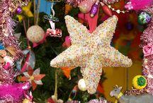 Kerstballen knutselen / De knutselzussen maken vandaag met gast-presentatrice Isabel vrolijke, zoete kerstversiering. Mascha en Isabel maken een gezellige spikkelster en Anouk een mierzoete tumtumbal.  https://www.youtube.com/watch?v=l1cJBT1avbU&list=UUcHIu2UMQsKCs8IozvtYFzg