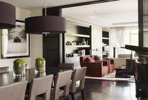 stół, krzesła, lampy
