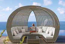 Mueble de terraza con sombrillas