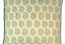 Kamalla's Grüne Oase / Lass Dich in ferne Kulturen und Farbwelten entführen, eine Boho Einrichtung – ob in die eigene Wohnung oder im Garten – macht den Alltag fröhlicher, bunter und schafft eine Enstpannungsecke wo wir uns rundum wohlfühlen können. Boho Style Accessoires kombiniert mit farbigen Textilien zaubern ganz einfach eine Wohlfühloase. Darüber hinaus sorgen kleine Details aus verschiedenen Kulturen für Vielfalt in deinem Boho-Zuhause! Wichtig dabei ist du folgst deinen persönlichen Geschmack.