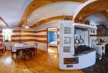 CHATA NAD WĄWOZEM / Wnętrze ciepłe, przyjemne, pełne klimatu dawnych czasów, z wieloma współczesnymi wygodami. Do dyspozycji: kuchnia z piecem kaflowym i wszelkimi akcesoriami, pokój dzienny z rozkładaną sofą i rozkładanym fotelem, sypialnia niebieska z dwoma pojedynczymi łóżkami,sypialnia dziadka (dwa pojedyncze łóżka), łazienka, hol,  zadaszony ganek, taras od strony wąwozów. grzejniki elektryczne, stół i krzesła, kuchenka elektryczna.