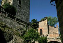 Il Castello di Gropparello / Sospeso come nido d'aquila su un territorio selvaggio è il Castello di Gropparello (sec. VIII- XIV), sulle colline piacentine. Qui il Medioevo rivive ogni giorno grazie ad attività ludiche per famiglie e scolaresche
