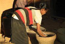 Piler du riz / Un grand nombre de malgache pile encore le riz avec le mortier et le pilon