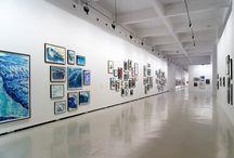 Raymond Pettibon / Un total de 278 dibujos y pinturas, en los que se incluyen sus series y temas más recurrentes y se caracterizan por la combinación sugerente de texto e imagen.