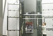 Ångströmhuset / Ångströmhuset på Campus Valla i Linköping är en unik byggnad helt klädd i titan och hem åt ett av Europas kraftfullaste elektronmikroskop. Byggnaden är designad för att spegla den högteknologiska forskning som pågår här. Mikroskopet ställer även höga byggnadskrav vad gäller stabilitet, temperatur, ljud, luftkvalitet och elektromagnetiska fält. Placering av huset har noga avvägts för att möta de höga kraven på t ex vibrationsfrihet. Arkitekt: Tham & Widegård Arkitekter