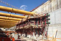 """Z cyklu """"ULMA na świecie"""" - śluza na rzece Pad, Prowincja Piacenza, Włochy / Nowa śluza na rzece Pad ma przywrócić żeglowny charakter odcinka pomiędzy Cremoną a Piacenzą, zamknięty dla ruchu statków z uwagi na istniejący stopień wodny. Ściany śluzy zostały zaprojektowane jako budowla monolityczna w betonowaniu ciągłym, aby zapewnić trwałość konstrukcji w obrębie wody płynącej. Dostawcą systemów deskowań na tę budowę jest firma: ULMA Construction S.r.l. z Włoch."""