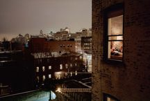 © Gail Albert Halaban: Out My Window / Dentro le finestre degli altri - Il Post 21 novembre 2014 http://www.ilpost.it/2014/11/21/out-my-window-gail-albert-halaban/  Gail Albert Halaban ha fotografato – con il loro consenso – decine di persone nelle loro case, come se le avesse spiate dalla finestra.