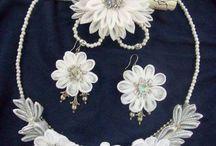 Biżuteria ze wstążki / Tablica zawierająca przykładowe wzory na biżuterię ze wstążki.